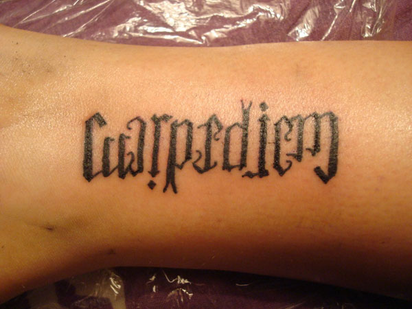 Tattoo Ambigram carpe noctem