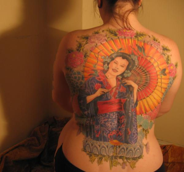 geisha with japanese fan 15 Japanese Tattoo Designs