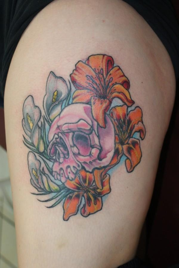 lilly and skull 15 Awesome Girly Skull Tattoos