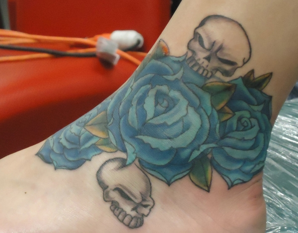 roses and skulls 15 Awesome Girly Skull Tattoos