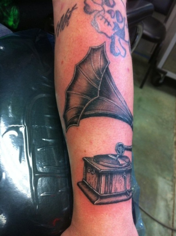 gramophone with a skull 25 Awesome Old School Tattoos