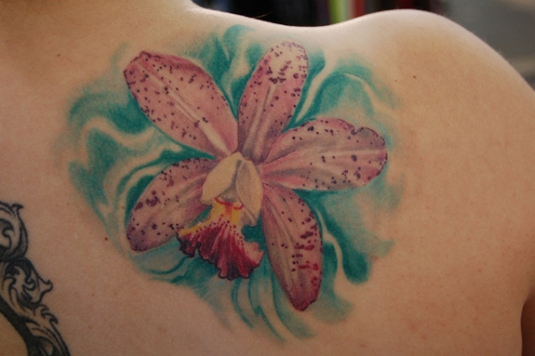 beautiful floral piece 30 Beautiful Shoulder Tattoos for Women