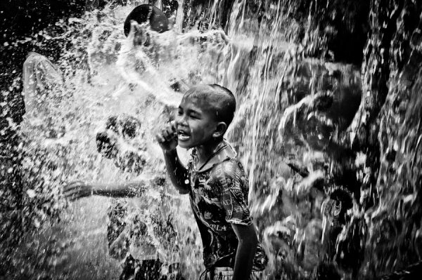 children at waterfall 30 Lovely Pictures of Children Playing
