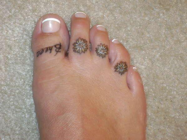 daisy s on toes 25 Gratifying Daisy Tattoos