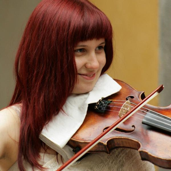 violinist girl 35 Groovy Hairstyles For Square Faces