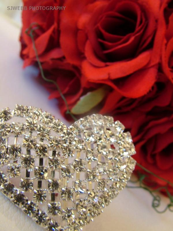 heart broach and bridal roses 30 Brilliant Pictures of Hearts And Roses