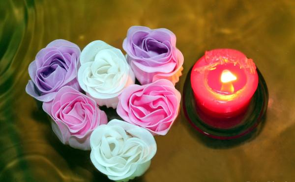 heart of roses with candle 30 Brilliant Pictures of Hearts And Roses