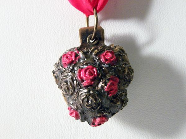 heart pendent with studded roses 30 Brilliant Pictures of Hearts And Roses