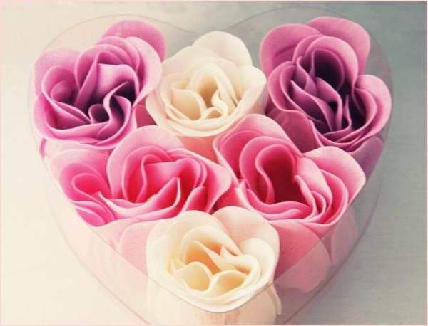 heart shaped box filled with roses 30 Brilliant Pictures of Hearts And Roses