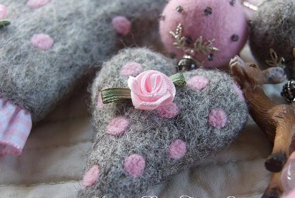 soft toy heart with pink rose 30 Brilliant Pictures of Hearts And Roses