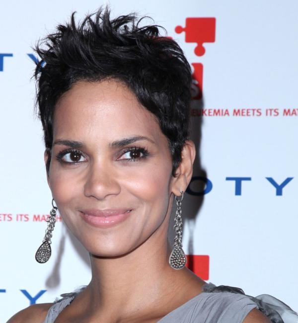 messy hairstyle 30 Sexy Halle Berry Hairstyles
