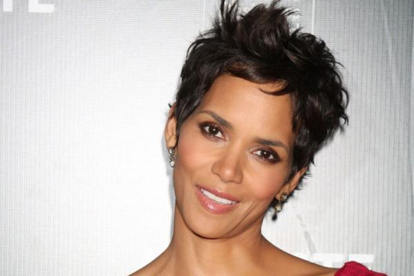Astonishing 30 Sexy Halle Berry Hairstyles Slodive Hairstyle Inspiration Daily Dogsangcom