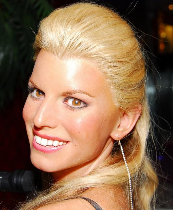 jessica smiling 30 Sexy Jessica Simpson Hairstyles