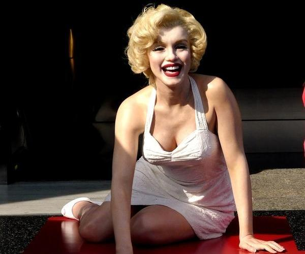 front of wax museum 50 Extraordinary Marilyn Monroe Pictures