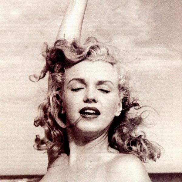posing monroe 50 Extraordinary Marilyn Monroe Pictures