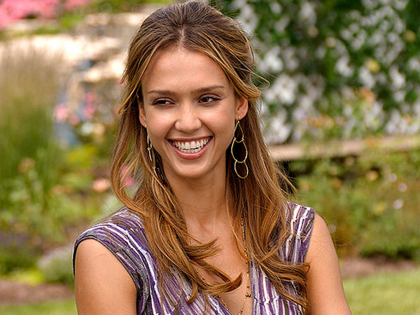 smiling jessica alba 30 Jessica Alba Hairstyles Which Are Hot