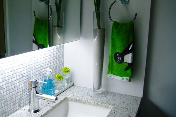 suica towel 30 Terrific Small Bathroom Design Ideas