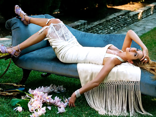 lying on shofa 40 Exciting Jennifer Aniston Pictures