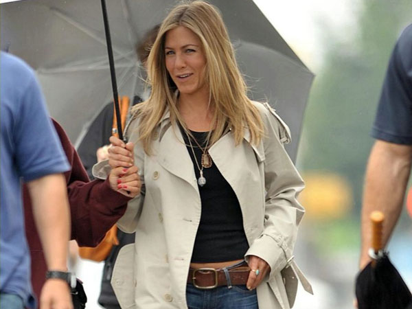 umbrella 40 Exciting Jennifer Aniston Pictures