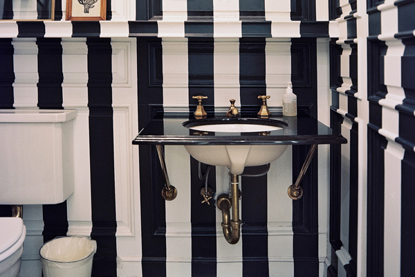 Black Pillars Bathroom Idea