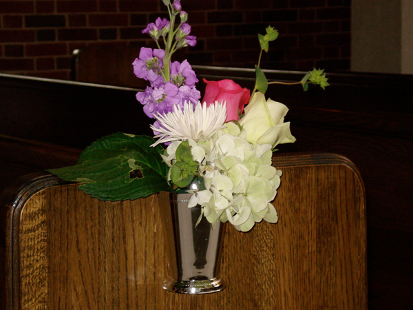 cup pew decoration 25 Attractive Pew Decorations For Weddings