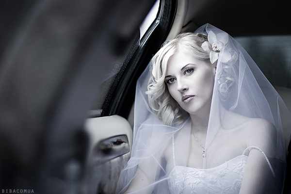 limo bride 25 Groovy Wedding Hairstyles With Veil