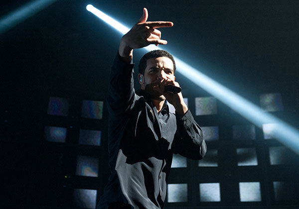 drake performing on stage 30 Awesome Pictures of Drake