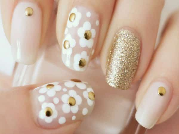 White and Gold Nails with White Daisies and Gold Centers