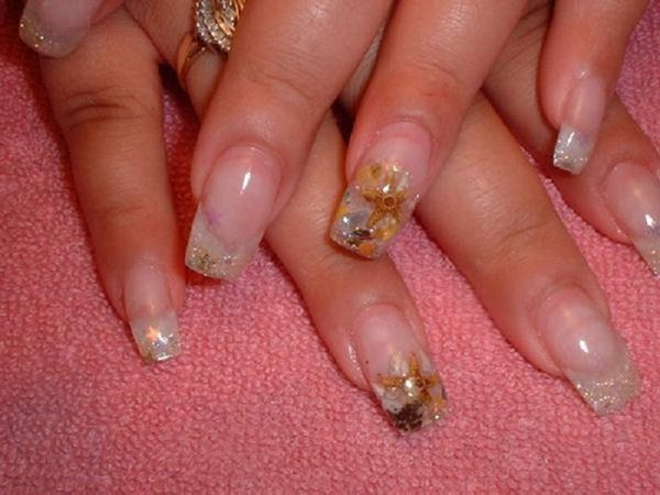 Plain Nails with Gold Glitter Nails Decorated with Biege Starfish