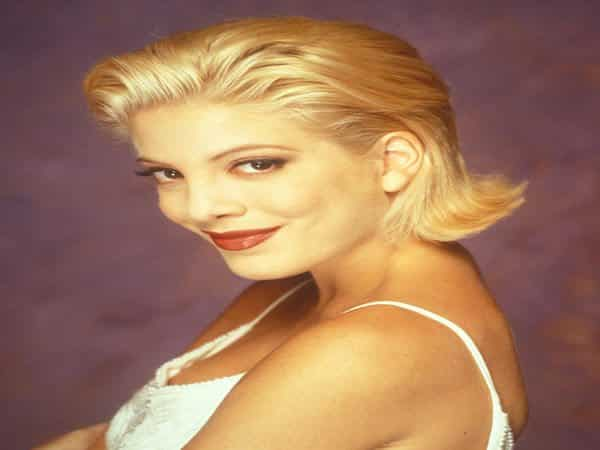 Young Tori Spelling Short Blond Cut