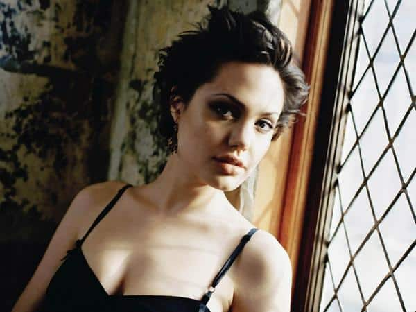 12 amazing angelina jolie hairstyles young angelina jolie with short dark layered hair urmus Image collections