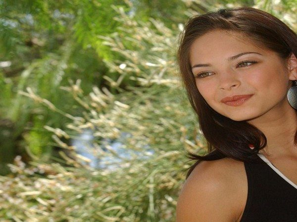 Kristin Kreuk Shoulder Length Straight Hair with Side Parted Bangs