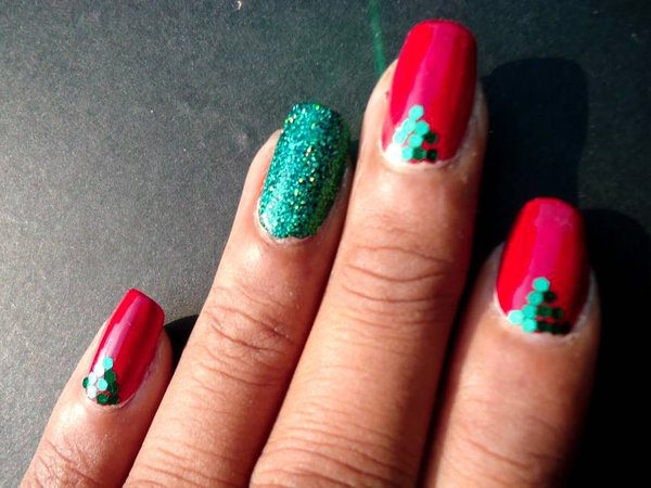 Red and Green Nails with Single Green Glitter Nail and Green Sequin Decorations