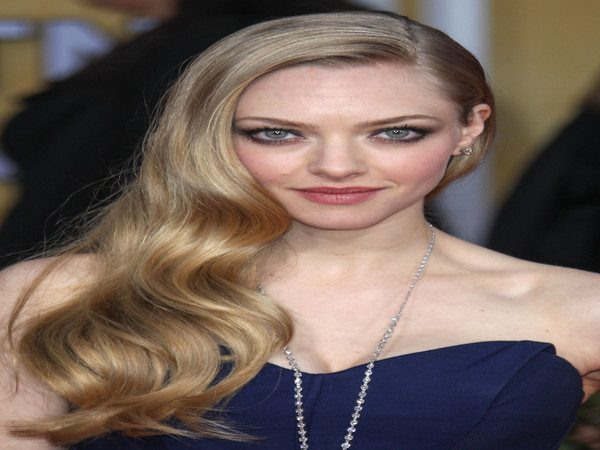 Amanda Seyfried Side Swept Curly Long Hair